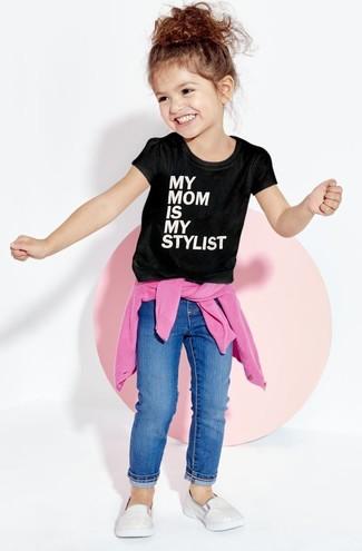 Comment porter: pull fuchsia, t-shirt imprimé noir et blanc, jean bleu, baskets argentées