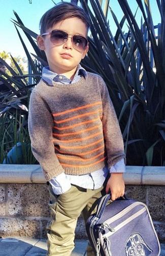 Comment porter: pull gris, chemise à manches longues bleu clair, pantalon olive, sac à dos bleu