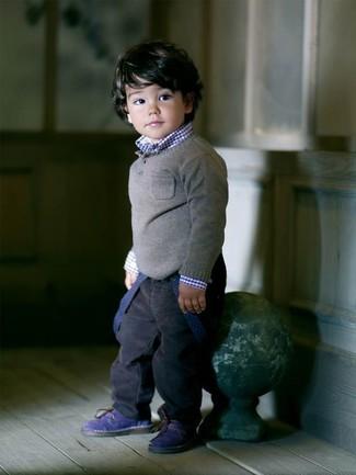 Comment porter: pull gris, chemise à manches longues bleu marine, jean bleu marine, bottes bleu marine