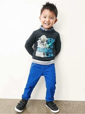 Comment porter: pull imprimé gris foncé, chemise à manches longues bleu clair, jean bleu, baskets noires
