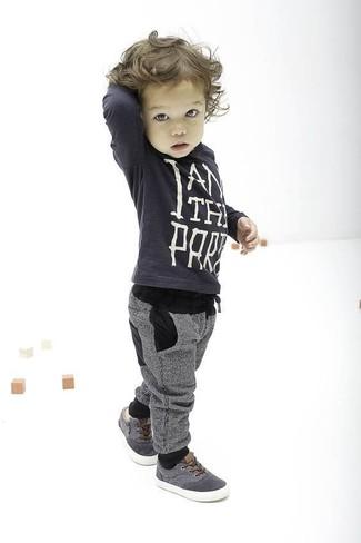 Comment porter: pull gris foncé, pantalon de jogging gris, baskets grises