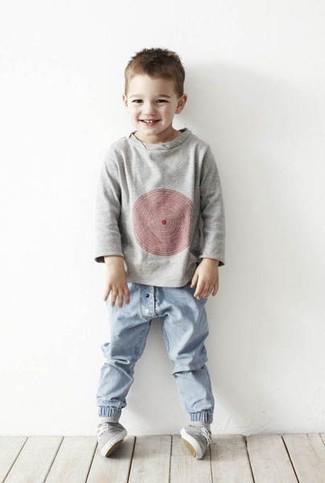 Comment porter: pull gris, jean bleu clair, baskets grises