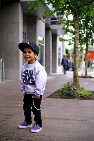 Comment porter: pull gris, jean noir, baskets violettes, casquette de base-ball noire
