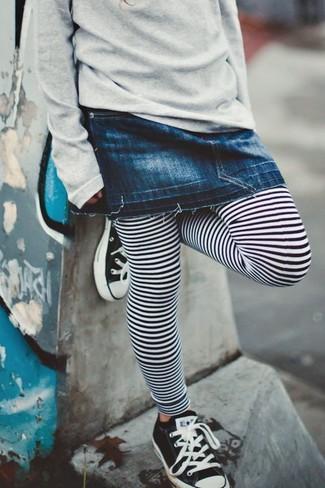 Comment porter: pull gris, jupe en denim bleu marine, leggings à rayures horizontales blancs et noirs, baskets noires et blanches