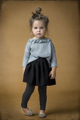 Comment porter: pull gris, jupe noire, leggings gris foncé, ballerines grises