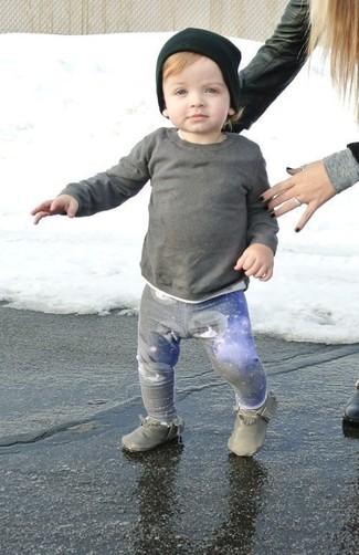 Comment porter: pull gris, pantalon de jogging gris, bottes grises, bonnet noir