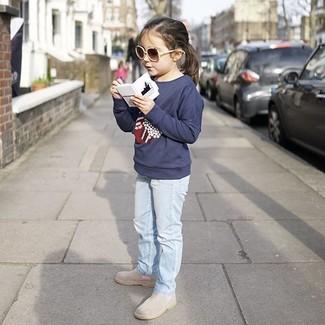 Comment porter: pull imprimé bleu marine, jean bleu clair, bottes grises