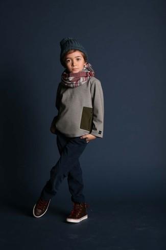 Comment porter: pull gris, jean bleu marine, baskets en cuir marron foncé, bonnet vert foncé