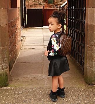 Comment porter: pull à fleurs noir, jupe noire, baskets noires, sac à dos marron foncé