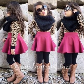 Comment porter: pull marron clair, jupe fuchsia, bottes marron clair, écharpe noire