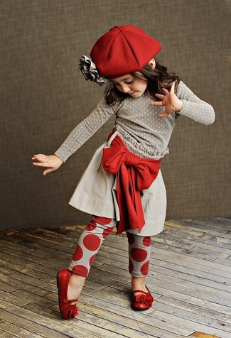 Comment porter: pull gris, jupe grise, leggings rouges, ballerines rouges