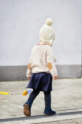 Comment porter: pull beige, jupe bleu marine, leggings noirs, bottes bleu marine