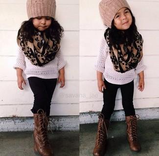Comment porter: pull blanc, leggings noirs, bottes marron foncé, bonnet marron clair