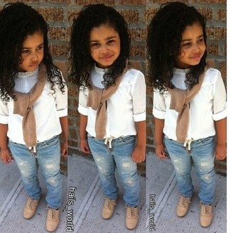 Comment porter: pull marron clair, chemise de ville blanche, jean bleu clair, chaussures richelieu marron clair