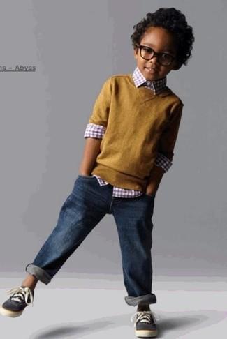 Comment porter: pull moutarde, chemise à manches longues en vichy rouge, jean bleu marine, baskets gris foncé