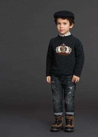 Comment porter: pull imprimé noir, chemise à manches longues imprimée blanche, jean gris foncé, bottes marron
