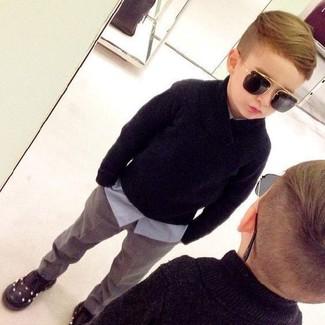 Comment porter: pull noir, chemise à manches longues bleu clair, pantalon gris, baskets noires