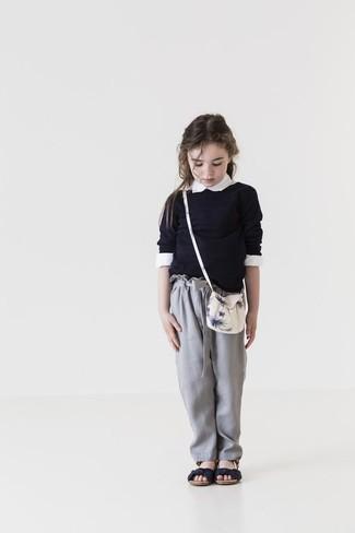 Comment porter: pull noir, chemise de ville blanche, pantalon gris, sandales noires
