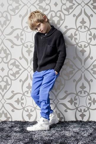 Comment porter: pull noir, pantalon bleu, baskets blanches