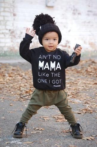 Comment porter: pull noir, pantalon de jogging olive, bottes noires, bonnet noir