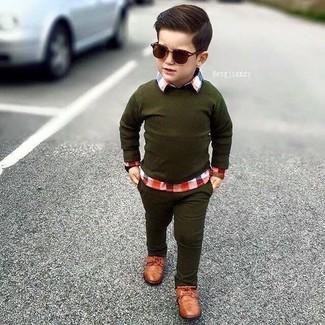 Comment porter: pull olive, chemise à manches longues écossaise rouge, jean olive, chaussures richelieu marron
