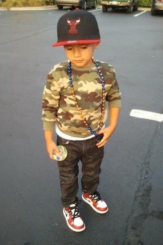 Comment porter: pull camouflage olive, jean gris foncé, baskets blanc et rouge, casquette de base-ball rouge et noir