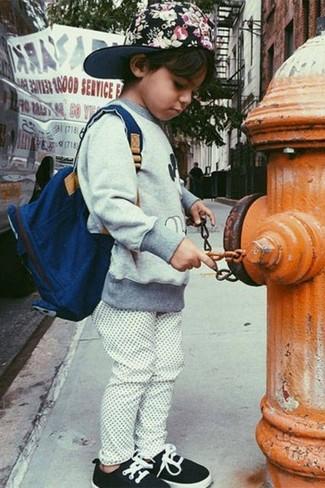 Comment porter: pull gris, pantalon de jogging blanc, baskets noires, sac à dos bleu marine