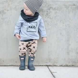 Comment porter: pull gris, pantalon de jogging beige, bottes de pluie vert foncé, bonnet à rayures horizontales blanc et noir