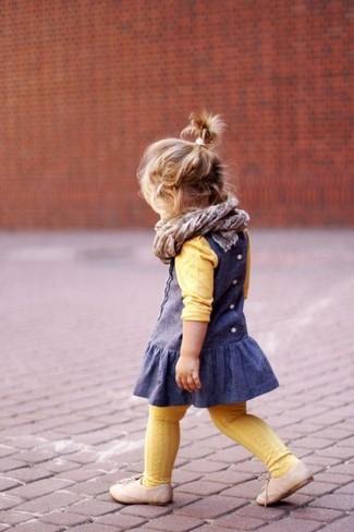 Comment porter: pull jaune, robe bleue, chaussures richelieu beiges, écharpe grise