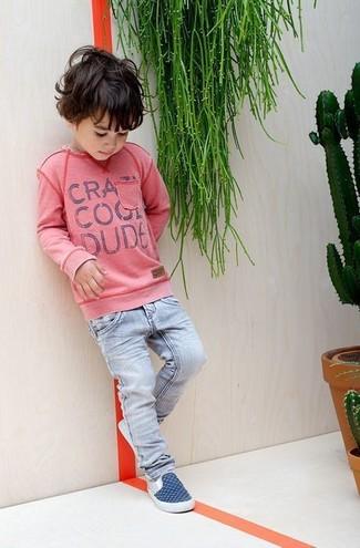 Comment porter: pull rose, jean bleu clair, baskets bleu marine