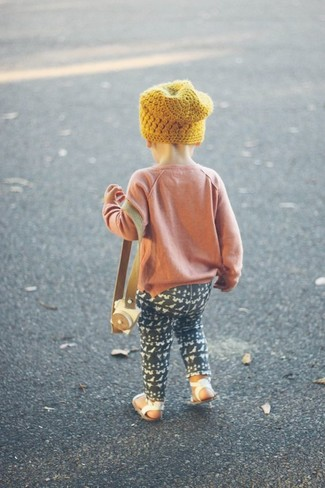 Comment porter: pull rose, leggings noirs, sandales blanches, bonnet jaune