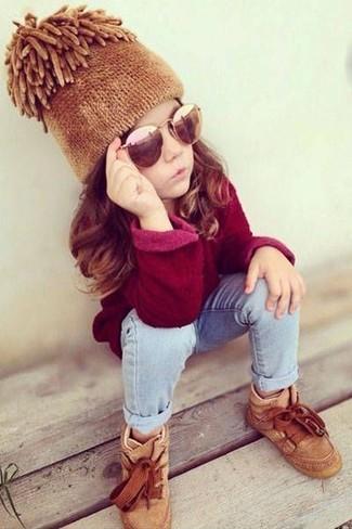 Comment porter: pull rouge, jean bleu clair, baskets marron clair