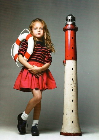 Comment porter: pull à rayures horizontales rouge, jupe rouge, chaussures richelieu en cuir noires, chaussettes blanches