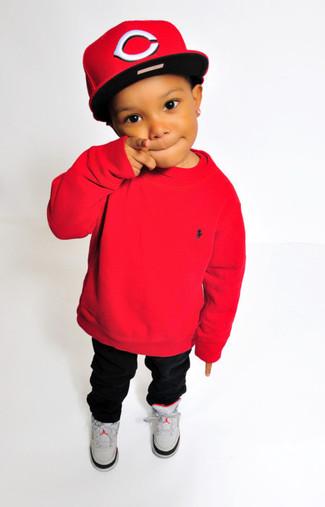 Comment porter: pull rouge, pantalon noir, baskets grises, casquette de base-ball rouge