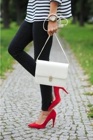 Pense à harmoniser un pull avec un jean noir pour une tenue relax mais stylée. Choisis une paire de des escarpins rouges pour afficher ton expertise vestimentaire.