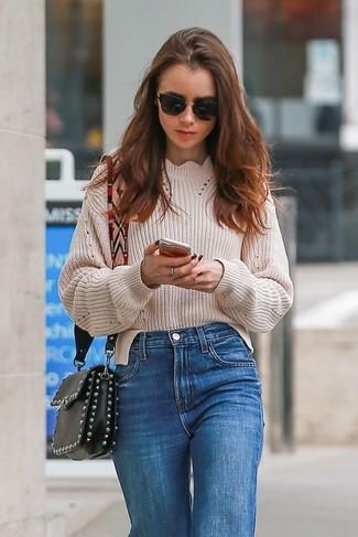 Comment porter: pull surdimensionné en tricot beige, jean bleu, sac bandoulière en cuir orné noir, lunettes de soleil noires