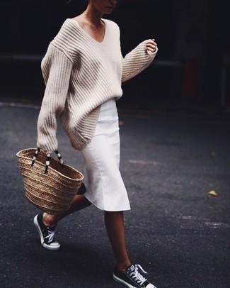 Comment porter: pull surdimensionné en tricot beige, jupe crayon blanche, baskets basses noires et blanches, sac fourre-tout de paille marron clair