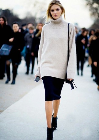 Harmonise un pull surdimensionné beige avec une jupe crayon noire pour une tenue raffinée mais idéale le week-end. Ajoute une paire de des bottines en daim noires à ton look pour une amélioration instantanée de ton style.