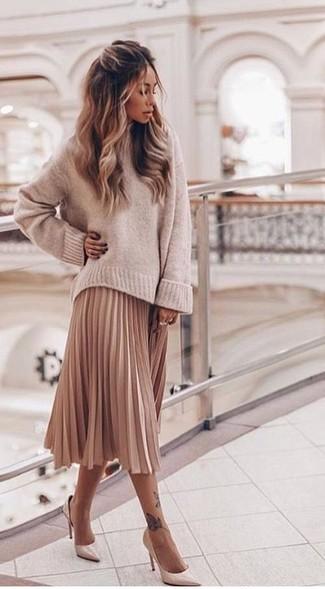 Comment porter: pull surdimensionné beige, jupe mi-longue plissée rose, escarpins en cuir beiges