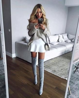 Comment porter: pull surdimensionné beige, jupe patineuse blanche, cuissardes en daim grises, sac bandoulière en cuir blanc