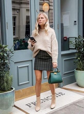 Tendances mode femmes: Pense à associer un pull surdimensionné en tricot beige avec une minijupe à carreaux gris foncé pour une tenue idéale le week-end. Complète ce look avec une paire de des bottines en cuir beiges.