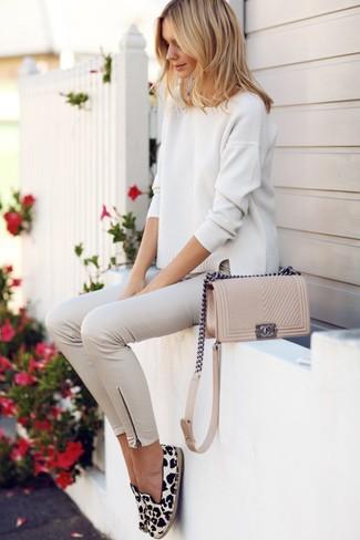 Comment porter: pull surdimensionné beige, pantalon slim beige, espadrilles imprimées léopard blanches et noires, sac bandoulière en cuir beige