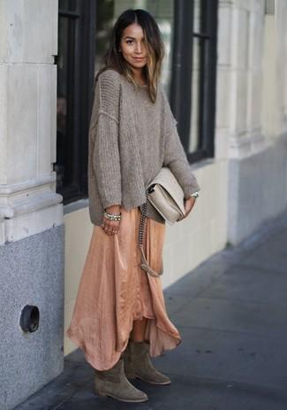 Comment porter: pull surdimensionné en tricot beige, robe longue orange, bottes western en daim grises, sac bandoulière en cuir beige