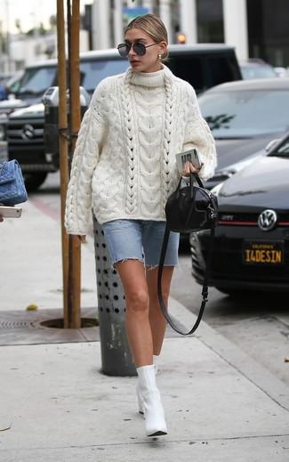Comment porter: pull surdimensionné en tricot blanc, bermuda en denim bleu clair, bottines en cuir blanches, sac bandoulière en cuir noir