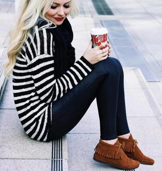Pense à associer un pull surdimensionné à rayures horizontales blanc et noir avec une écharpe noire femmes Acne Studios pour une tenue relax mais stylée. Une paire de des bottines chukka en daim tabac est une façon simple d'améliorer ton look.
