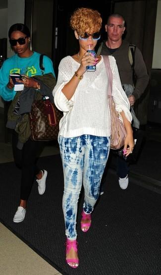 Tenue de Rihanna: Pull surdimensionné en tricot blanc, Jean skinny imprimé tie-dye bleu clair, Sandales à talons en cuir fuchsia, Sac fourre-tout en toile rose