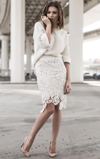 Comment porter: pull surdimensionné blanc, jupe crayon en dentelle blanche, escarpins en cuir beiges