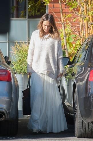 Tenue de Jessica Alba: Pull surdimensionné blanc, Jupe longue en chiffon plissée blanche, Sac fourre-tout en cuir noir, Collier doré