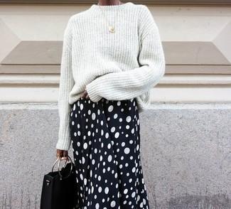 Comment porter: pull surdimensionné blanc, jupe mi-longue á pois noire et blanche, pochette en cuir noire, pendentif doré