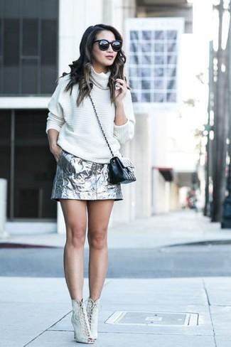Comment porter: pull surdimensionné blanc, minijupe argentée, bottines à lacets en daim beiges, sac bandoulière en cuir matelassé noir
